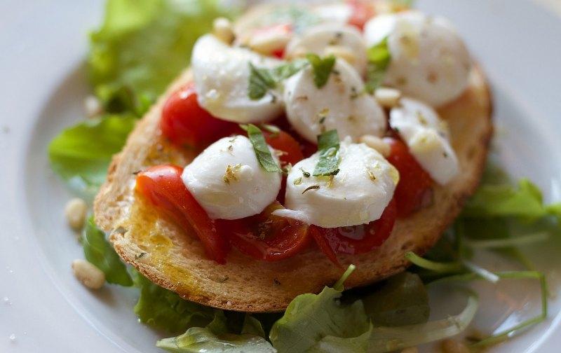 Bruschetta tomate mozzarella crue