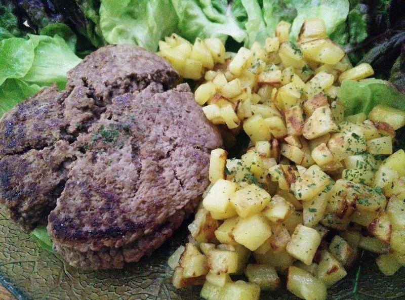Pommes de terre rissolées et steak haché frais