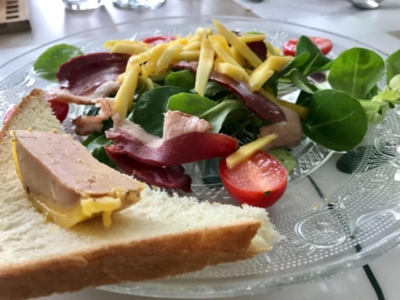 Salade de magret de canard, mangue et foie gras