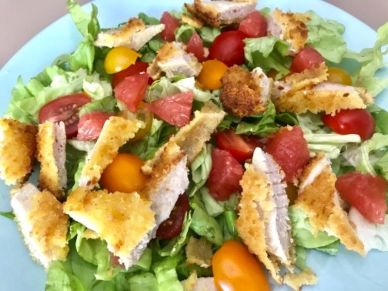 Salade de crudités et poulet pané