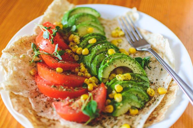 Wrap de tomate et avocat rapide à faire