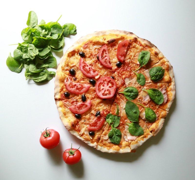 19562116_pizza-simple-aux-tomates-et-olives-noires